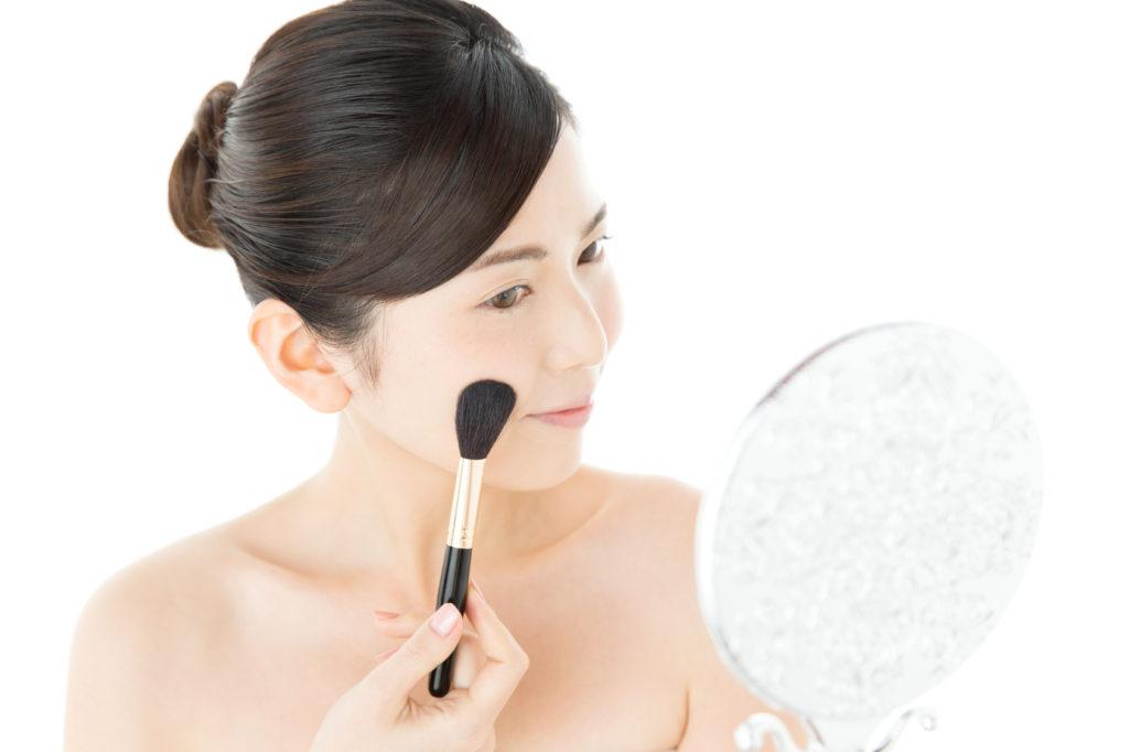 化粧中の若い女性